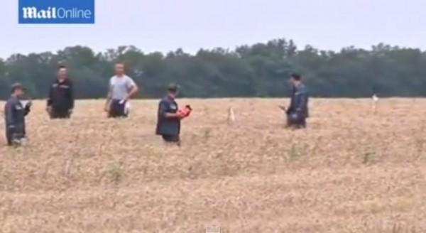 畫面中親俄反叛軍撿到一個橘紅色的物體,據悉那就是「黑盒子」。(圖擷取自YouTube)
