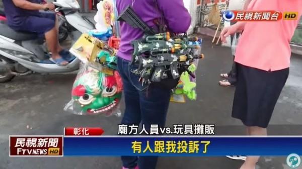 事後,廟方人員接獲投訴,將玩具攤商請出廣場,不能再銷售。(圖擷自民視新聞台)