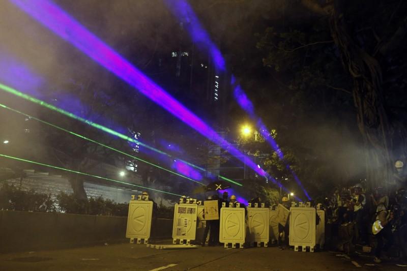 香港抗爭群眾利用「高功率雷射」來破解中國的臉部辨識系統。(美聯社)