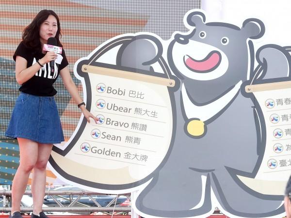 北市府昨公布總共花了438萬元最終優化版-戴著金牌的「台灣黑熊」。(記者方賓照攝)