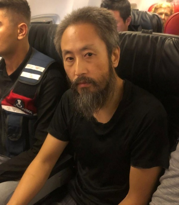日本戰地記者安田純平,遭敘利亞武裝團體囚禁長達3年4個月,終於於昨(24)日獲釋。他在返回日本的飛機上受訪時形容,被監禁的日子「如處地獄。」(路透)