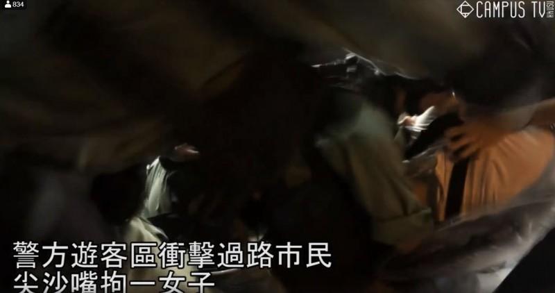 路過的白衣少女遭扯衣、撲倒。(擷取自Campus TV, HKUSU 香港大學學生會校園電視)