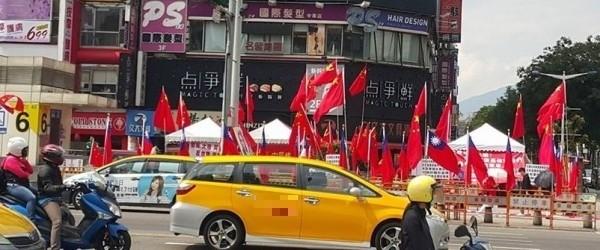 網友指控警方故意把國旗跟五星旗插在一起。(記者王冠仁翻攝)