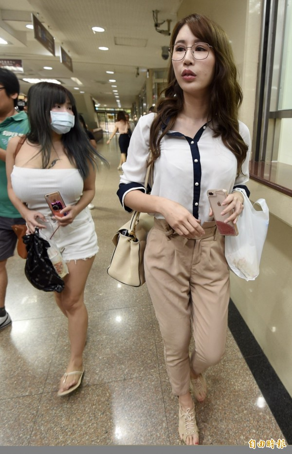 辣模辛尤里(右)和女性友人現身台北地檢署,引發騷動。(記者簡榮豐攝)