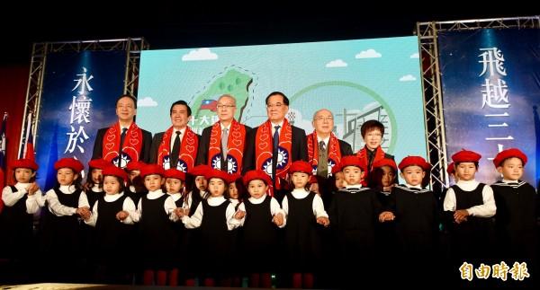 故總統蔣經國逝世30週年紀念大會13日於台北國軍英雄館舉行,國民黨主席吳敦義(左三)、前主席朱立倫(左起)、馬英九、連戰、吳伯雄、洪秀柱等人出席。(記者羅沛德攝)