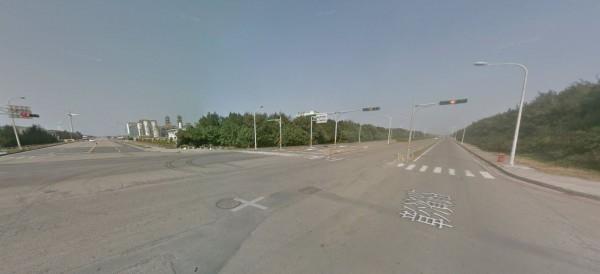 彰化縣2名年輕女子相約共赴黃泉,在服用安眠藥後開車到海邊想跳海自殺,沒想到藥效發作而昏睡,車輛停在路口未熄火,警方發現之後將2人送醫,救回其性命。(圖擷取自Google Map)