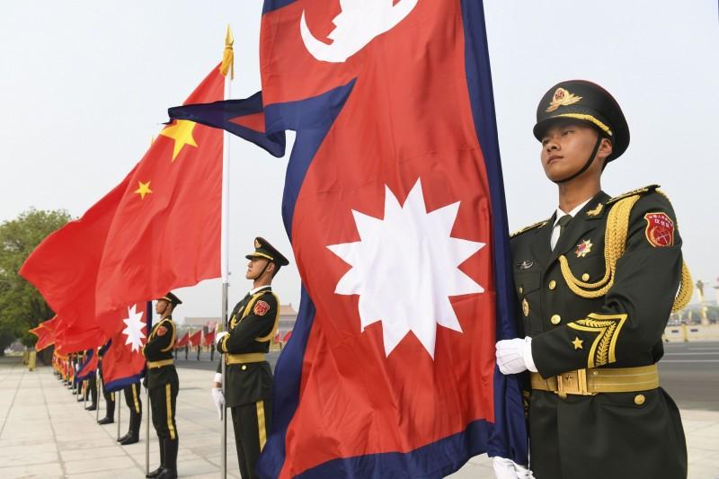 外媒引述2名消息人士證言,稱6名欲向外尋求政治庇護的藏人遭尼泊爾警方逮捕,送回中國。圖為尼、中國旗示意圖。(美聯社)