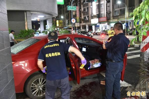 警方鑑識人員到採證嫌犯車輛。(記者張忠義攝)