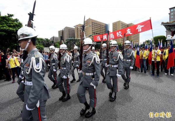總統府前12日舉辦612凱道閱兵向全民致敬活動,陸官專科班的退伍軍官、海退軍樂隊、中正預校校友鼓號樂隊、樂儀邦、二戰服儀隊等依序演出。(記者簡榮豐攝)