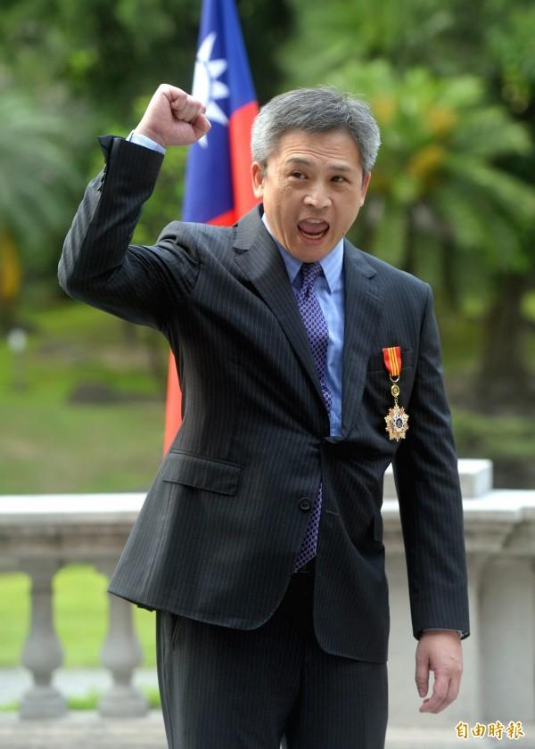 外交部長吳釗燮頒贈AIT處長梅健華「特種外交獎章」,感謝他對台美關係的卓越貢獻。(記者林正堃攝)