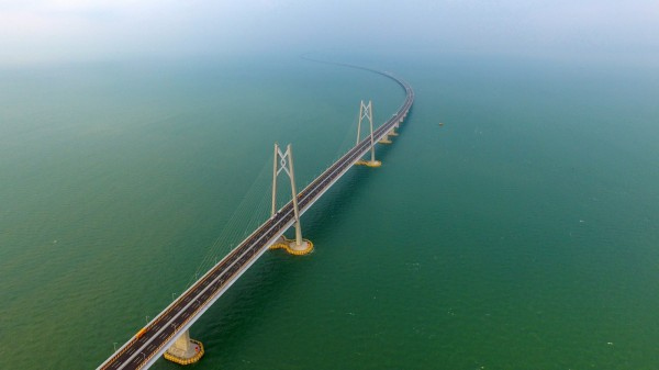 港珠澳大橋(見圖)在上月24日正式開通後,中客蜂擁而入,不少住在大橋附近的香港居民不堪其擾,甚至有人想發起「光復東涌」活動。(資料照,歐新社)