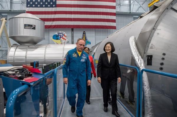 總統蔡英文參訪NASA詹森太空中心。中國官媒《環球時報》氣得跳腳直說只要買票就可以進入NASA參觀,但NASA有所謂的「中國人禁令」,沒有綠卡的中國人完全禁止進入。(圖擷自蔡英文臉書)