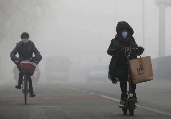 北京今(13)日至15日遭受中重度空汙影響,當局發布空氣重污染黃色預警,期間祭出相關規定限制工地施工,且中小學以下各年級禁戶外活動。圖攝於2017年2月14日的北京。(路透)