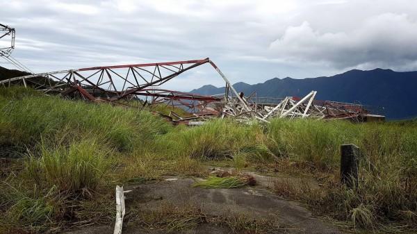 和平電廠輸電鐵塔遭尼莎颱風狂風吹垮,推估電力系統將亮出限電紅燈。圖為倒塌的72號345KV超高壓電塔。(記者花孟璟翻攝)