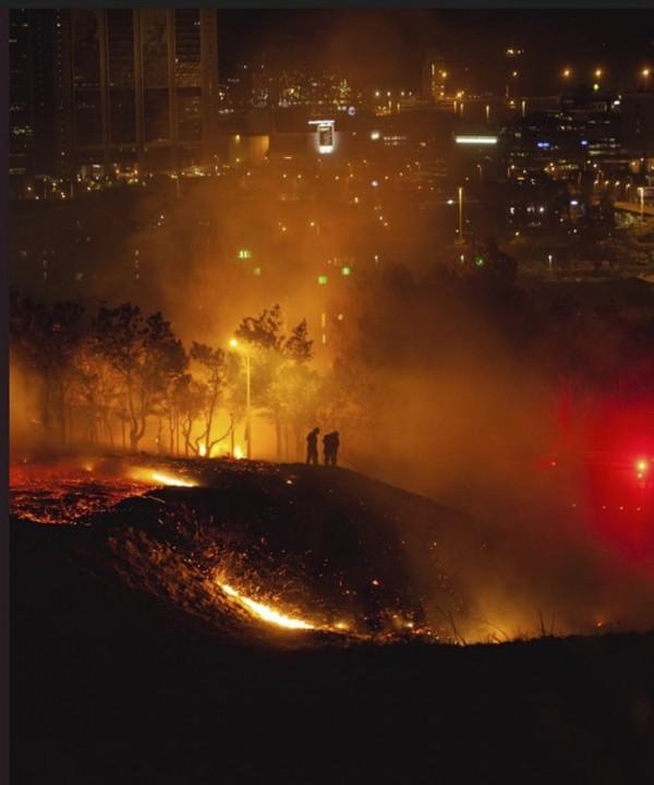 南非野火延燒至富人區。(美聯社)