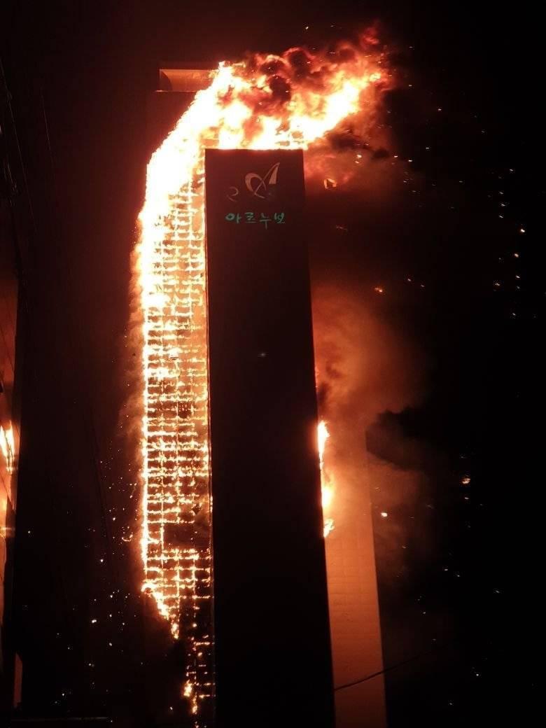 南韓東南部城市蔚山一棟33層樓高的公寓大樓在8日深夜發生大火。(圖取自推特)