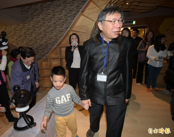 台北市長柯文哲16日出席「Imap-親子餐廳專區上線」記者會,和小朋友同樂。(記者張嘉明攝)