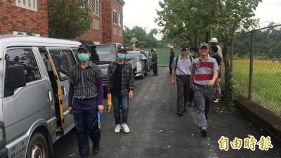 雲林縣府、古坑鄉公所今天一早前往高雄市長韓國瑜夫婦古坑農舍會勘丈量。(記者黃淑莉攝)