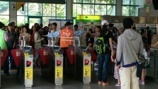 文湖線又出包,民眾只能轉搭接駁公車。(民眾提供)