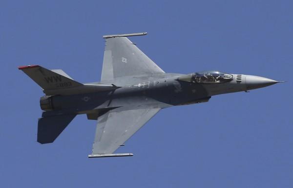 《時代雜誌》(Time)報導引述3名美國政府官員表示,在中美尚未達成貿易協議之前,川普政府將暫緩對台灣F-16V戰鬥機的軍售案。圖為美國的F-16戰鬥機。(美聯社資料照)