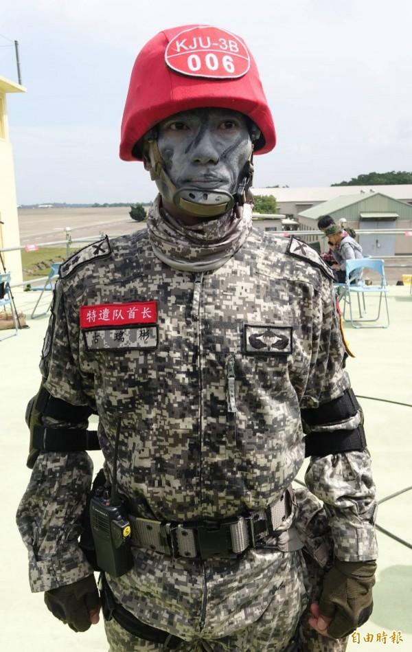 陸軍特指部特三營中校營長古瑞彬,也為秦良丰加油,希望他趕快康復歸隊。(記者劉信德攝)