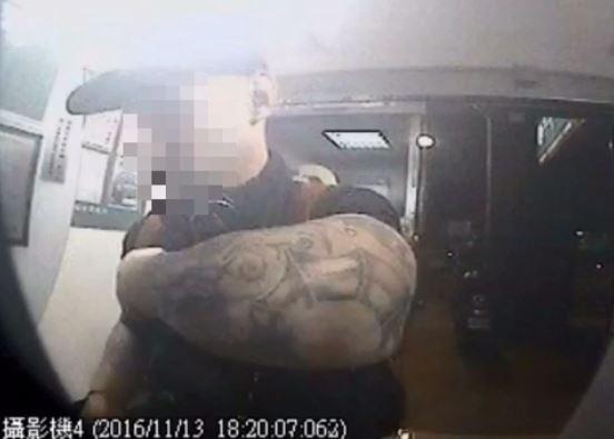 板橋警方查出喬奇夫被跨國詐騙集團吸收,他因不懂中文,操作236次ATM,因操作錯誤被吃卡15張,僅得手18萬。(記者吳仁捷翻攝)