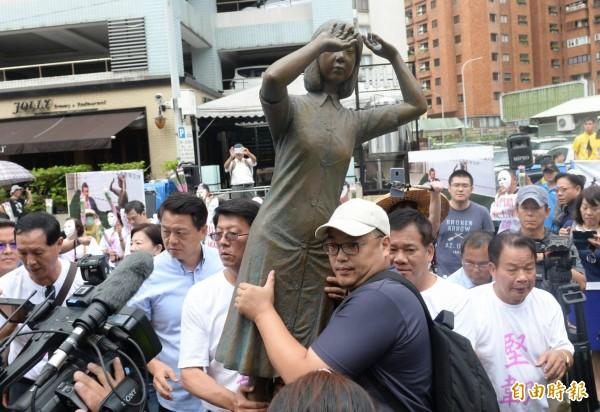 台南慰安婦銅像被日人踹一腳,國民黨舉慰安婦銅像至日台交流協會抗議。(記者林正堃攝)