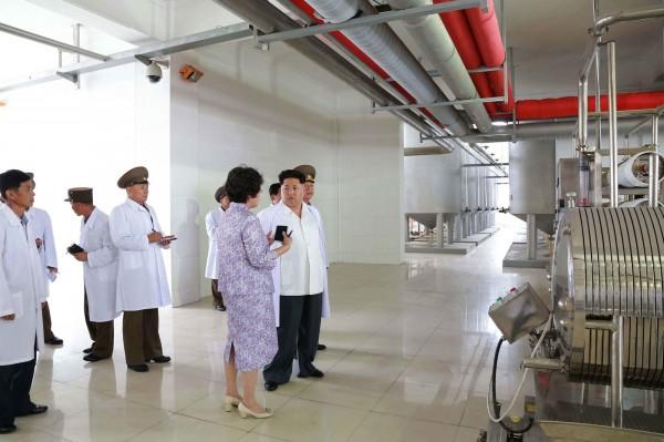 北韓首度曝光擁有相關生物科技機具,包括用來培養活體微生物的工業用發酵槽,以及為了方便散播而把數十億細菌芽孢變成粉狀的大型烘乾機。(法新社)