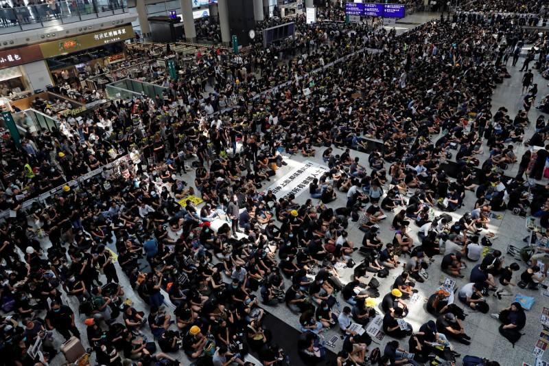 港民今日發起「警察還眼」行動,許多民眾於下午1時起抵達,抗議港警濫暴天理不容。(路透)