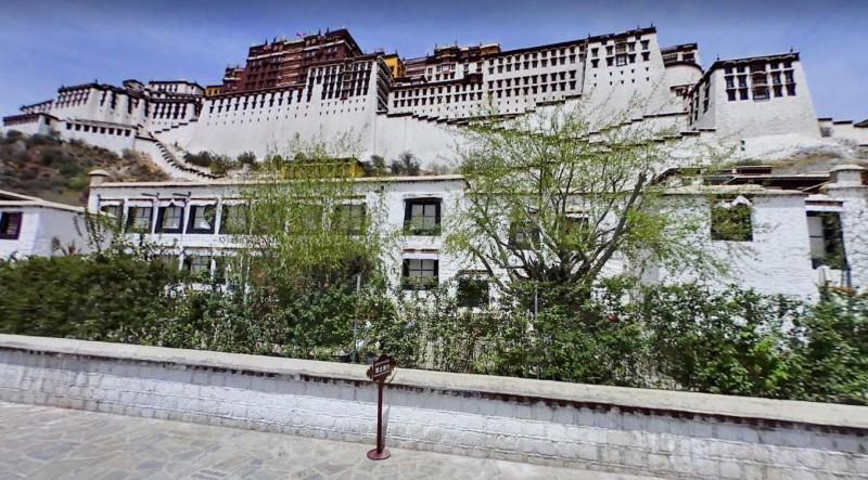 中國一名女子網購衣服,穿到西藏布達拉宮等地旅遊後,竟將衣服退還給商家。圖為布達拉宮。(擷取自google地圖)