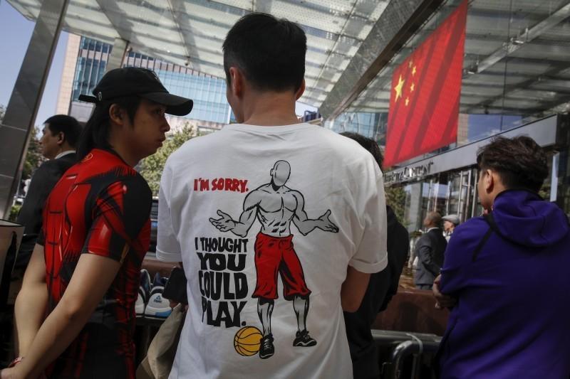 中國抵制NBA風波越演越烈,「華爾街日報」專文指出,以往外國企業「傷害中國人民感情」後,要按規行事的「道歉儀式」在這次風波中遭到嚴重破壞,北京得不到NBA的道歉回應。(美聯社)