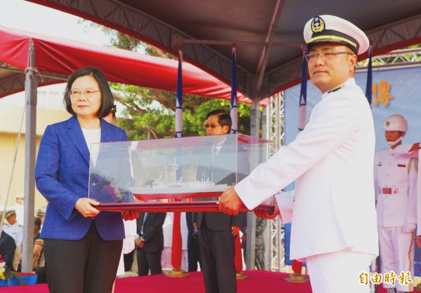 Sun Wei-lung, right, commander of the Perry-class guided missile frigate Feng Chia, presents President Tsai Ing-wen with a model of the ship during a commissioning ceremony yesterday at the Zuoying naval base in Kaohsiung's Zuoying District. Photo: Chien Jung-fong, Taipei Times