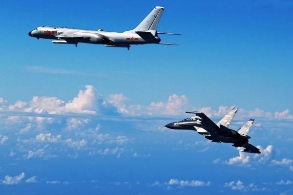 軍方官員今天表示,過去8年期間,台海曾發生數次共機侵入我方空域事件。圖為「轟六」轟炸機(左)和SU-30戰鬥機(右)過去的飛行場景。(美聯社)