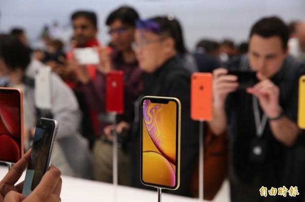 不論產品名稱、硬體規格、容量售價,iPhone Xs、iPhone XR都打破了iPhone歷年以來的紀錄。(記者黃敬淳攝自蘋果發表會現場)