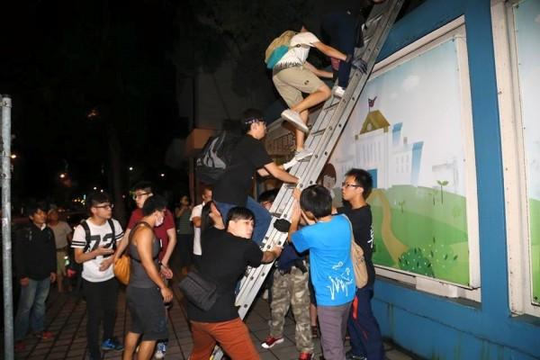 不滿教育部官員在座談會空話回應黑箱課綱,多位中學生昨夜11點半,帶梯子爬過鐵欄杆闖進教育部大樓。(取自獨立記者林雨佑臉書)