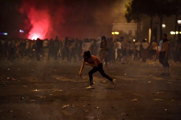 法國隊奪冠後全國陷入狂歡,不過隨後球迷開始失控,巴黎、里昂等多個城市爆發騷亂。(歐新社)
