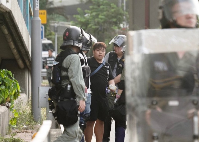 眾志主席林朗彥及其成員遭到員警搜身。(圖擷取自香港眾志)