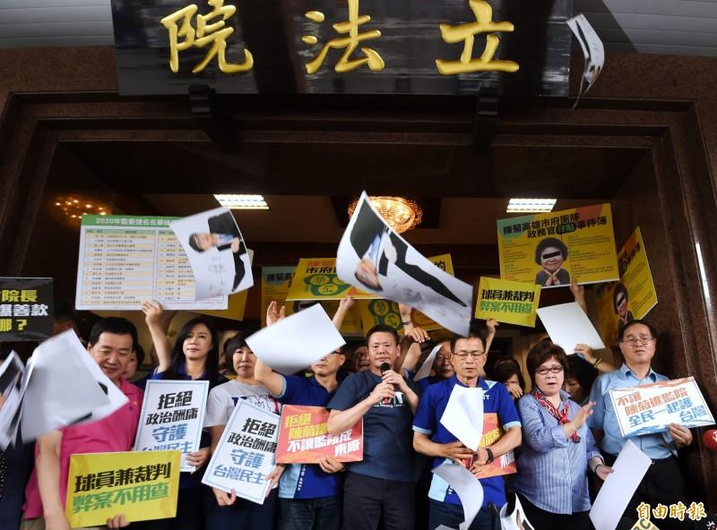 監察院長提名人陳菊等人原訂3日下午拜會立法院,國民黨立委集結在立法院大門口準備抗議,最後陳菊拜會行程取消。(記者方賓照攝)