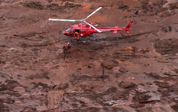 昨日清晨水壩警報再響,其他水壩恐有潰堤疑慮,近3000名居民緊急撤離。(歐新社)