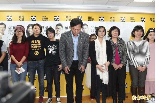 時代力量主席黃國昌率領新科立委共同召開記者會,並與黨內志工一同鞠躬謝票。(記者叢昌瑾攝)