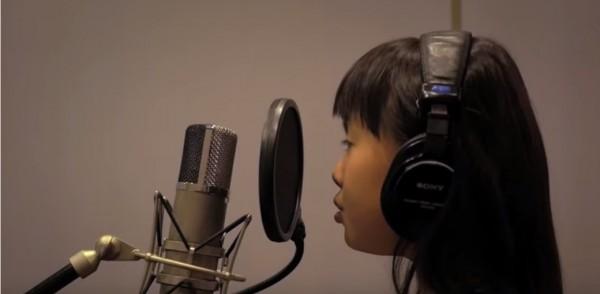 白芯羽 (8歲女生、曾於學運街頭獻唱島嶼天光、台北調專輯第一高票)。(圖擷取自YouTube)