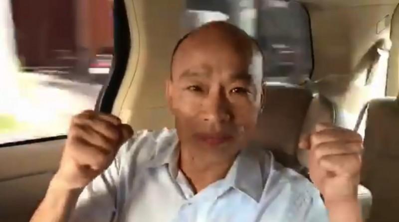 韓國瑜錄製影片,跨海向美國休士頓僑胞拜票,不料場景卻是在行進間的小客車,韓被抓包沒繫安全帶。(圖擷取自影片)