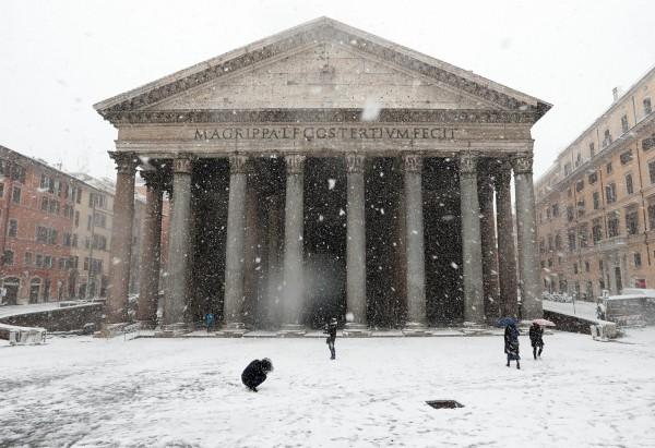 來自西伯利亞的寒潮席捲歐洲,目前已造成歐洲4人死亡,也讓羅馬在6年來,首次降雪。(路透)