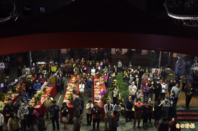 台北市大龍峒保安宮24日除夕夜,不少民眾前來祈福。(記者簡榮豐攝)