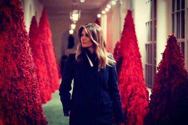 梅蘭妮亞貼出與紅色耶誕樹合照的照片。(圖擷自推特)