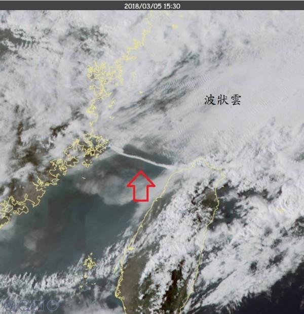 中央氣象局科技中心主任鄭明典在臉書上表示,今天(5日)台灣海峽出現一條很直很完整的「滾軸雲」,長度估計達100公里,如此奇特的雲圖恐怕找不出第二張。(翻攝自鄭明典臉書)