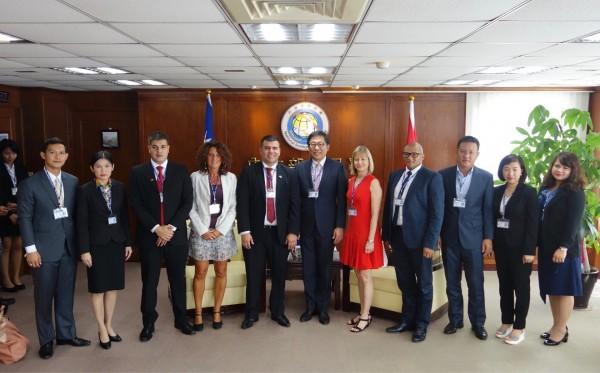 巴拉圭移民局長Vega(左五)來台開會,卻爆出被控性騷擾疑雲;右六為移民署長楊家駿。(記者王冠仁翻攝)