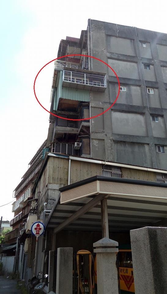 網友在爆料公社上傳照片,表示這個懸空違建實在非常危險。(擷取自爆料公社)