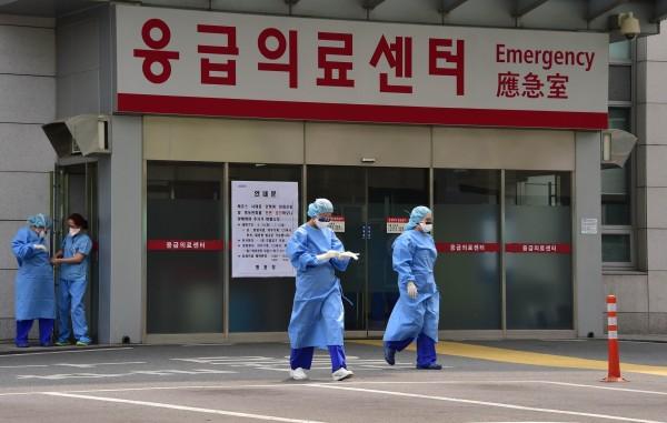 南韓保健福祉部今天通報「中東呼吸症候群冠狀病毒感染症」(MERS-CoV)新增不治病例2例,死亡人數增至29人;同時也新增1例確診病例,MERS感染人數達180人,死亡率逾16%。(AFP)