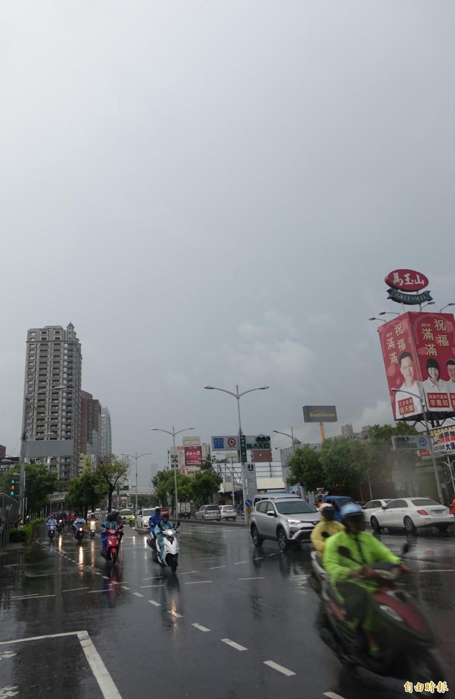 受梅雨鋒面及西南風增強,今日台灣各地有雨。(記者黃志源攝)